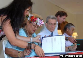 新たな放射能汚染除去工事の合意に署名するフランス政府代表とポリネシア自治政府代表