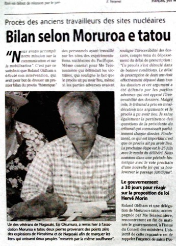 パペエテ市の核実験被害者に埋めるために広島・長崎の原爆爆心地から持参した石を寄贈する奥村英二・長崎県被爆者連絡協議会事務局長。このニュースは、地元紙をはじめテレビ、ラジオでも大きく報道された(2009年5月)。